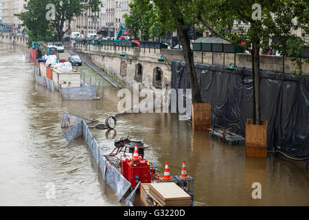 Paris, France. 06th June, 2016. Flood decrease, decrue de la Seine, quai des Grands Augustins, Paris, 06/06/2016 - Stock Image