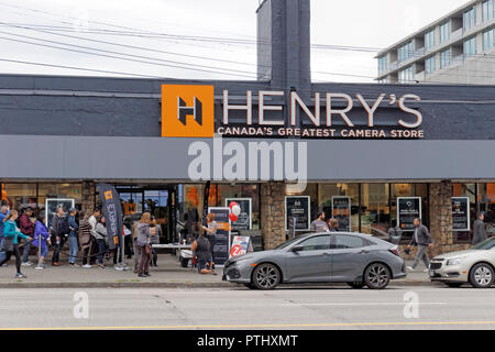 People lined up outside Henry's Camera Store at its grand opening on September 29, 2018 in Vancouver, BC, Canada - Stock Image