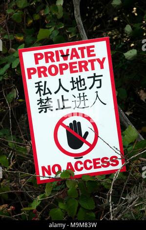 Bilingual Chinese-English Private Property notices on Bruny Island, Tasmania, Australia - Stock Image