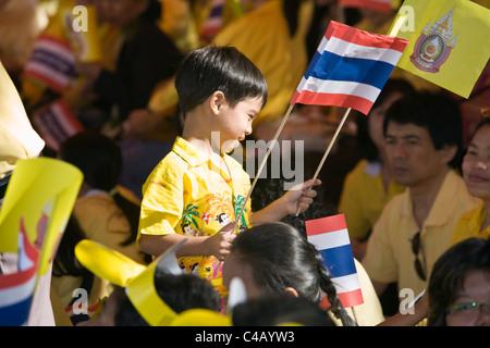 Thailand, Bangkok.  Young boy helping celebrate King Bhumibol Adulyadej's 80th birthday.  Supporters dress in - Stock Image