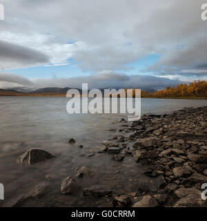 Colorful autumn landscape at lake Tärnasjön, Kungsleden trail, Lapland, Sweden - Stock Image