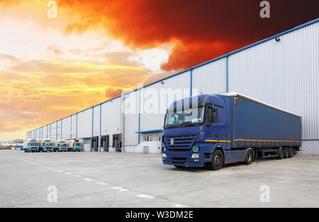 Truck at warehouse building - Stock Image