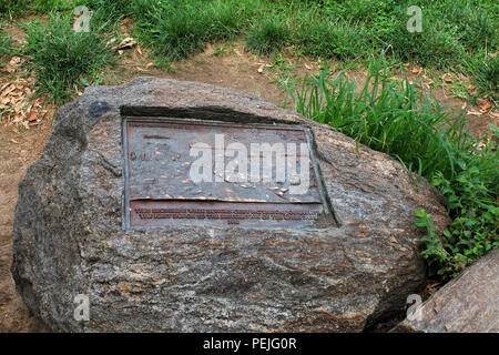 Commemorative rock and plaque honoring Cissy Patterson on eastern  shore of Harlem Meer in Northern Central Park, Manhattan - Stock Image
