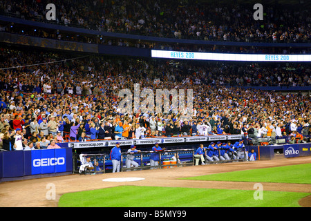 Chicago Cubs dugout and Shea Stadium fans react to a base clearing triple by New York Mets shortstop Jose Reyes - Stock Image