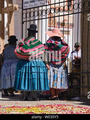 Cholitas at the Basílica de Nuestra Señora church in Copacabana, Bolivia - Stock Image