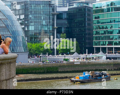 London, England. 4th July 2018. Tourists enjoy the river near London's Tower Bridge on another very hot day. The present heatwave is set to continue. ©Tim Ring/Alamy Live News - Stock Image