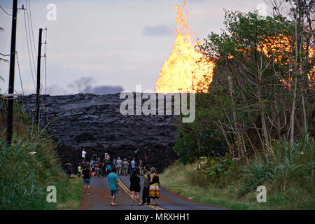 Members of the media view a massive lava wall near fissure 7 at the Leilani Estates residential area caused by the eruption of the Kilauea volcano May 26, 2018 in Pahoa, Hawaii. - Stock Image