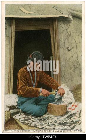 Navajo Indian silversmith at work, Albuquerque, New Mexico, USA.        Date: circa 1912 - Stock Image