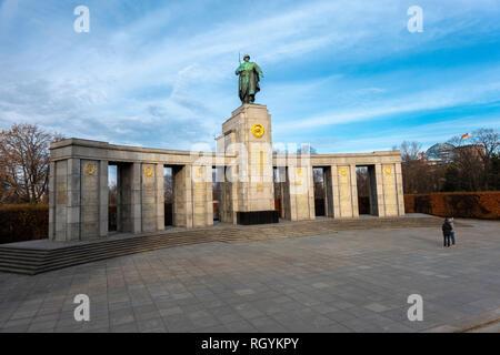 Berlin Soviet War Memorial in Tiergarten commemorating soldiers killed in the Battle of Berlin. Sowjetisches Ehrenmal im Tiergarten. - Stock Image