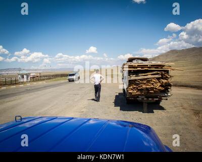 ULAN-BATOR, MAI 19 : Cette route descend des steppes vers Ulan-Bator le 19 mai 2010, Mongolie - Stock Image