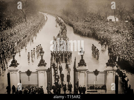 On the 28th January 1936, the remains of King George V, his coffin carried on a gun carriage approach the gates of Marble arch in London. Followed by Kings and members of many European royal families, the King is taken to Paddington Railway station to be taken to Windsor Castle. - Stock Image