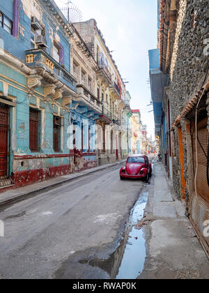 Old VW Beetle on the back streets of central Havana, capital of Cuba - Stock Image