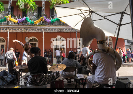 New Orleans music, rear view of a jazz band playing in Royal Street in the centre of the French Quarter (Vieux Carre), New Orleans, USA. - Stock Image