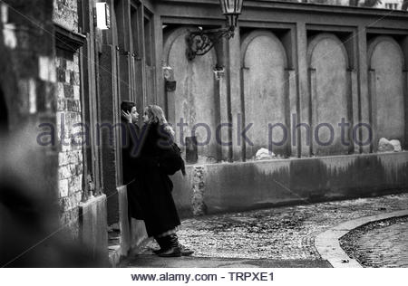 Czechoslovakia, Prague,1989 during the Velvet Revolution, the fall of communism in Eastern Europe. Lovers outside the Jewish Cemetery in U Stareho Hrbitova. COPYRIGHT PHOTOGRAPH BY BRIAN HARRIS  © 07808-579804 - Stock Image