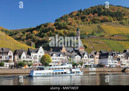 Excursion boat on Moselle River, Runder Turm Tower, Zell, Rhineland-Palatinate, Germany, Europe - Stock Image