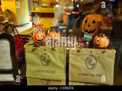 Halloween window display at a pastry shop, Hongkong SAR - Stock Image