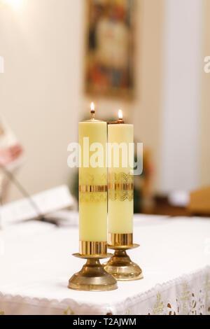 Matching candles at wedding - Stock Image