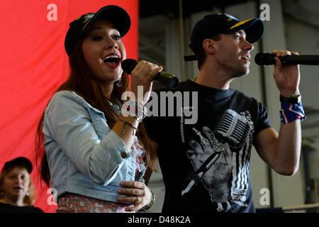 American Idol finalists entertain Sailors. - Stock Image
