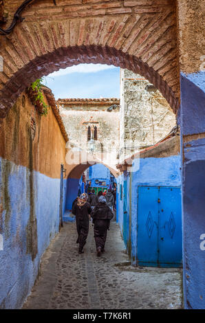 Chefchaouen, Morocco : Two women walk in the narrow lanes of the blue-washed medina old town. - Stock Image
