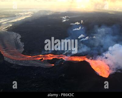 Hawaii. 9th July 2018. Lava flows toward the ocean from the Kilauea volcano July 9, 2018 in Hawaii. The recent eruption continues destroying homes, forcing evacuations and spewing lava and poison gas on the Big Island of Hawaii. Credit: Planetpix/Alamy Live News - Stock Image