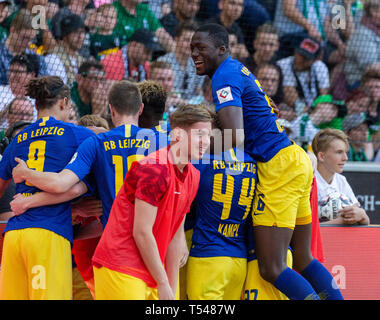 sports, football, Bundesliga, 2018/2019, Borussia Moenchengladbach vs RB Leipzig 1-2, Stadium Borussia Park, rejoicing at the 0-2 to Leipzig by goal scorer Marcel Halstenberg (RBL) covered, visible f.l.t.r. Yussuf Poulsen (RBL), Lukas Klostermann (RBL), substitute Emile Smith Rowe (RBL), Kevin Kampl (RBL), Ibrahima Konate (RBL), DFL REGULATIONS PROHIBIT ANY USE OF PHOTOGRAPHS AS IMAGE SEQUENCES AND/OR QUASI-VIDEO - Stock Image