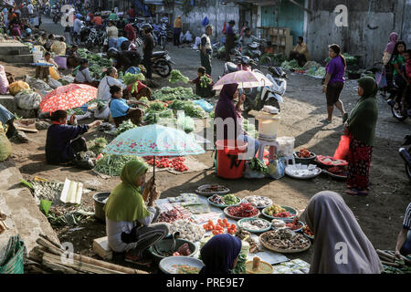Busy outdoor market scene in Ende, Flores, Indonesia - Stock Image