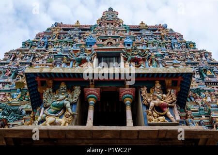 Painted statues on one of the gopura (towers) of Kallalagar (or Kallazhagar) Temple, Madurai District, Tamil Nadu, India. - Stock Image