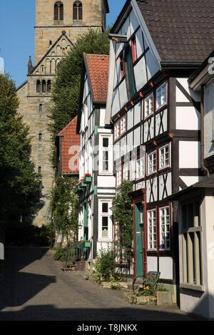 Deutschland, Nordrhein-Westfalen, Werl, Blick durch die Krämergasse zur Probsteikirche St. Walburga - Stock Image