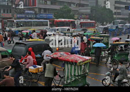 CHENGDU, CHINA - SEPTEMBER 23: View on the traffic jam in rainy day on September 23, 2006 in Chengdu, Sichuan, China - Stock Image