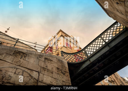 traditional building in the Maltese capital Valletta. Red windows and balcony - Stock Image