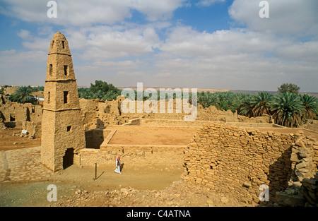 Saudi Arabia, Jouf, Domat al-Jandal. Standing alongside the ruined mud-brik remains of old Domat al-Jandal - Stock Image