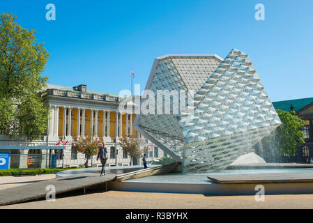 Poznan Plac Wolnosci, view of the modernist Fontanna Wolnosci (Freedom Fountain) and 19th century Library building in Wolnosci Square, Poznan, Poland. - Stock Image