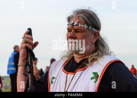 Stonehenge, Amesbury, 21st June 2018,   Arthur Uther Pendragon neo druid leader facing the sun at the summer solstice   Credit: Estelle Bowden/Alamy Live News. - Stock Image