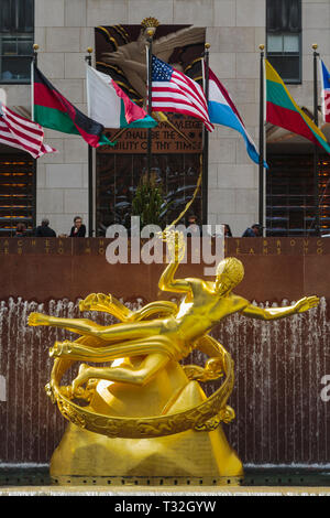 Statue of Prometheus in the lower plaza of the Rockefeller Center, Manhattan, New York, New York State, United States of America.  The gilded bronze s - Stock Image