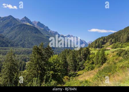 Untwerwegs auf der Nationalstraße 27, Inntal, Schweizer Nationalpark, Engadin, Kanton Graubünden, Schweiz - Stock Image