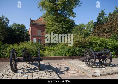 Kanonen, Ehemaliges Amtsgericht, heute Kulturgebäude, Ritzebütteler Schlosspark, Nordseeheilbad Cuxhaven, Niedersachsen, Deutschland, Europa - Stock Image