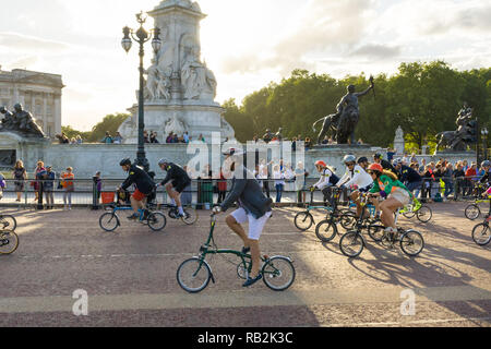 Cyclists racing past the Victoria Memorial, Brompton World Championships 2018, London, UK - Stock Image