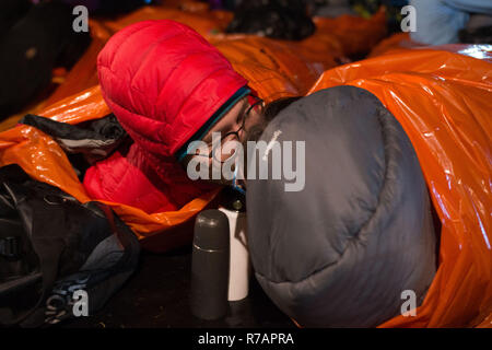 Aberdeen, UK. 8th Dec 2018. Sleep in the Park .Participants bed down for the night in this case with a kiss.  Credit Paul Glendell Credit: Paul Glendell/Alamy Live News - Stock Image