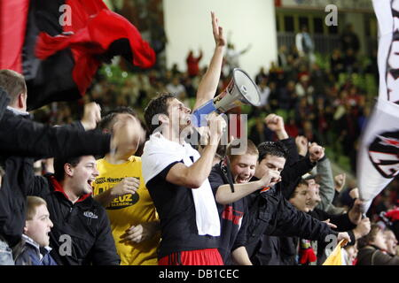 Leverkusen's 1-0 scorer Manuel Friedrich (C) celebrates with teh fans after the UEFA Cup group E match Bayer - Stock Image