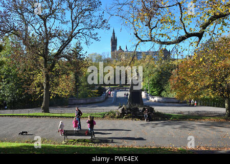 Glasgow, UK. 15th, October, 2018. Kelvingrove Park, Glasgow, Scotland, UK. Another bright sunny day in Glasgow during the Autumn school break made for a picturesque view of Glasgow University. Credit: Douglas Carr/Alamy Live News - Stock Image