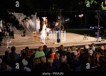 Mülheim an der Ruhr, Germany, 14 July 2018.  'Verrückt' (Crazy) by Eduardo de Filippo, performed by Theater an der Ruhr during the Weiße Nächte (White Nights) Open-Air Festival in Raffelbergpark. Photo: Bettina Strenske/Alamy Live News - Stock Image
