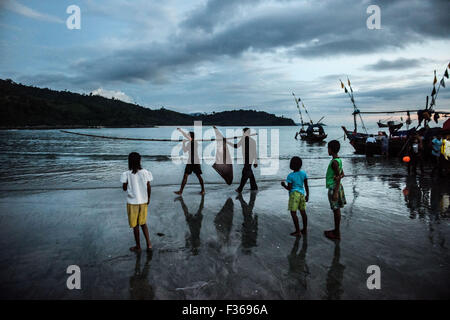 Fishermen with a manta ray's wing in southern Myanmar - Stock Image