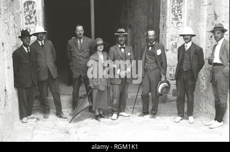 Howard Carter who discovered Tutankhamun's Tomb in the Valley of the Kings, Luxor, Egypt. November 1922. Lord Carnarvon and his party, ( L-R ) Mr Luce, Hon R Bethall, Mr Callender, Lady Evelyn Herbert, Howard Carter, Lord Carnarvon, Mr Alfred Lucas, Mr Burton. Scanned from image material in the archives of Press Portrait Service (formerly Press Portrait Bureau) - Stock Image