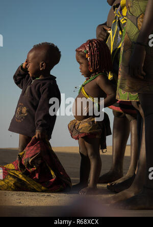 Mwila tribe kids looking at a drone in the sky, Huila Province, Lubango, Angola - Stock Image