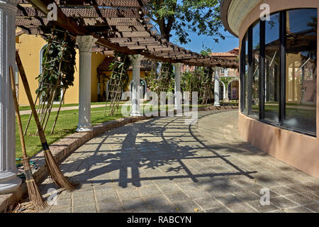Curved walkway with columns and arches - Stock Image