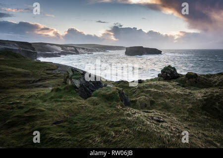 Loop Head in County Clare in Ireland with a view of Oileán an Fhéarain (Illaunonearaun) - Stock Image