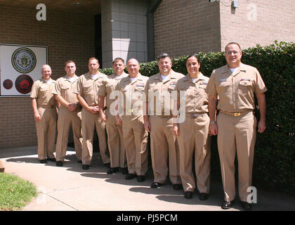 JOINT EXPEDITIONARY BASE LITTLE CREEK-FORT STORY, VA (Aug. 24, 2018) Amphibious Warfare (AMW) Warfare Tactics Instructor (WTI) Course 18020 graduates pose for a photo with Rear Adm. Erik Ross, President, Board of Inspection and Survey, right.  From the left, Cmdr. James Murdock, Naval Surface and Mine Warfighting Development Center AMW Division deputy director, Lt. Tyler Biggs, Lt. Cmdr. Ryan McBride, Lt.j.g. James Pettigrew, Lt. Cmdr. Andrew Martin, Lt. Jim Palmer, and Lt.j.g. Konner Rist. - Stock Image