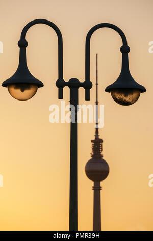 Schilling bridge , laterne,  Alex TV tower, sunset, Berlin - Stock Image