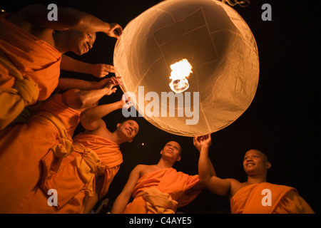 Thailand, Chiang Mai, San Sai.  Monks launch a khom loi (sky lantern) during the Yi Peng festival. - Stock Image