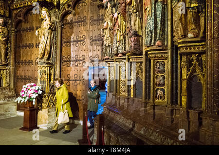 Laguardia, Álava province, Basque Country, Spain : Two women walk through the Gothic portico of the Church of Santa María de los Reyes in the historic - Stock Image